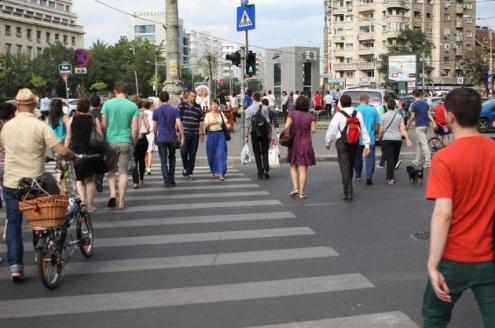 Oameni traverseaza Calea Victoriei, Piata Victoriei.