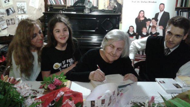 Ileana Vulpescu, semnând autografe la C.B. din C-ța - Foto Sînziana Ionescu
