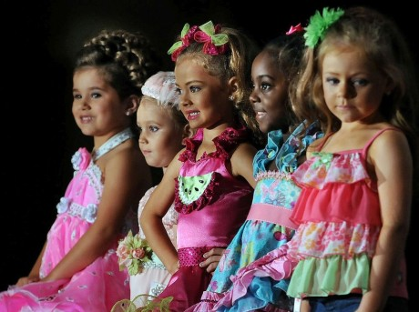 1200px-Child_beauty_pageant-998x746